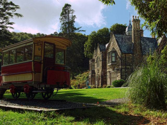 Tram back at the Plas